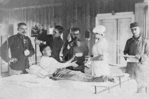 טקס הקידושין של פרומה ויאיר מן (שוכב פצוע במיטה) בבית החולים בבוהמיה, 14.10.1918