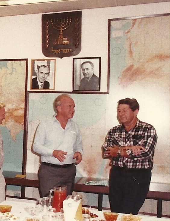 יצחק רבין, שר הביטחון, ולוי מן עם סיום תפקידו כראש אגף הנוער והנח''ל, 1984,