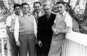 מימין - יוסף בר-אור, אברמסון ידיד המשפחה, דב, אריה ולוי מן, טבעון, 1956ה