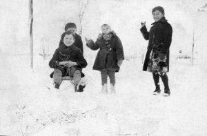 מימין - לוי, בן השכן, יוסף (יושב) ואריה מן (מאחוריו), צ'ורטקוב, פולין, 1936
