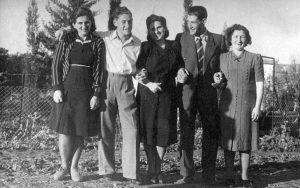מימין - פרומה, דב, רות ואריה מן וקטי חומט (אחות רות מן), 1945, כפר-ברוך