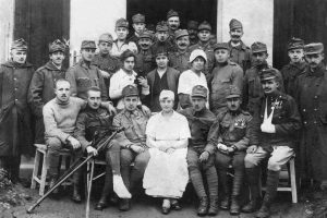 פרומה ויאיר מן (יושב שלישי מימין) משמאלו פרומה מן (במרכז השורה, בחלוק לבן) ביום נישואיהם, בית-החולים בבוהמיה, 14.10.1918