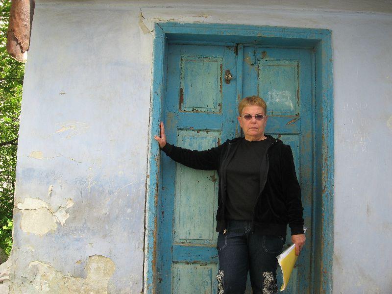 רינה גבעון לבית שניטליך בפתח בית משפחתה בצ'ורטקוב