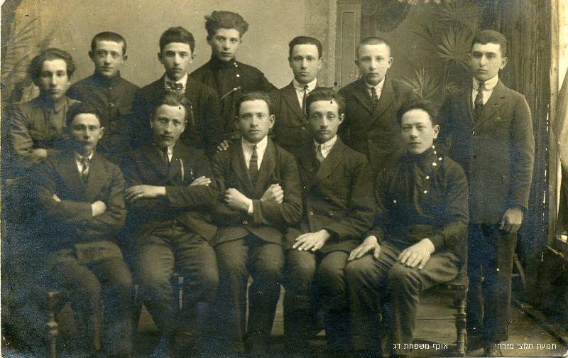 תנועת החלוץ בצ'ורטקוב אוסף משפחת דג Hachalutz movement in Czortkow (1)