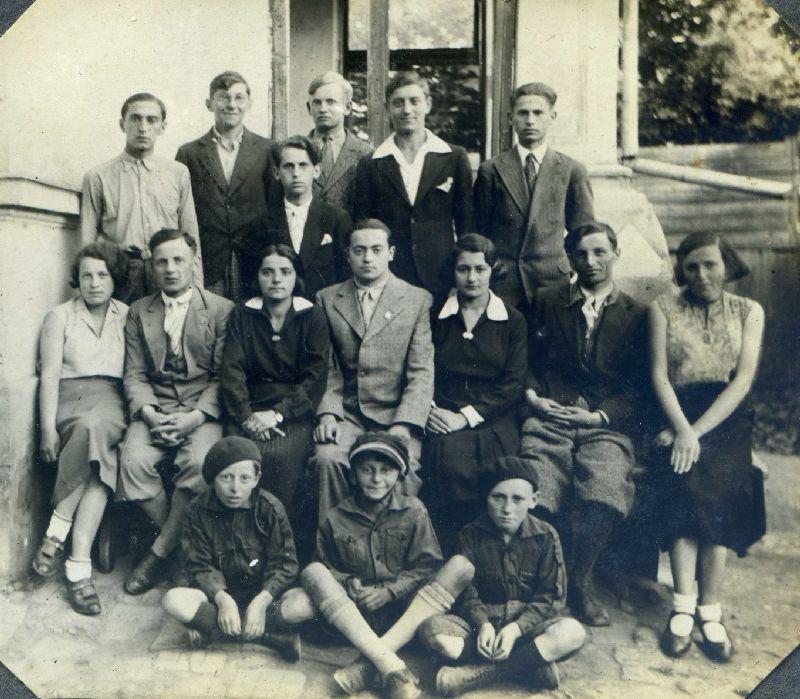 מאיר וינד (יושב שני משמאל) וחברים