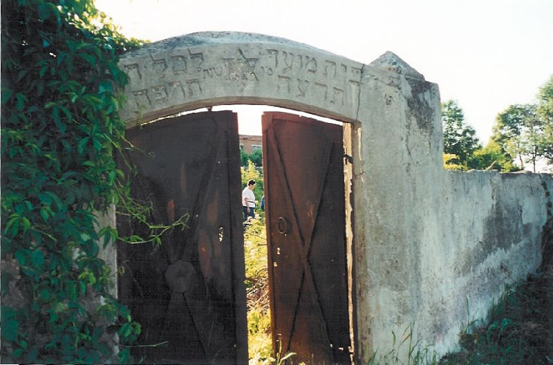 שער בית הקברות במעלה רחוב מיצקביצה ליד בית הקברות הקתולי